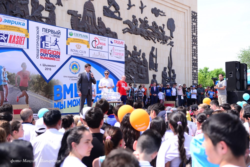 Шымкент қаласының әкімі Ғабидолла Әбдірахымов марафонның марапаттау рәсімінде сөз сөйлеуде.