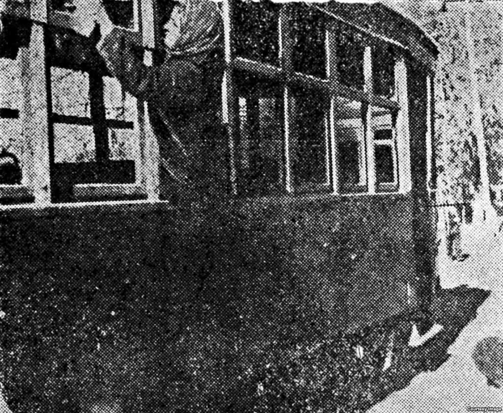 Қарашаның 7-сі күнгі «тұсаукесерден» бірнеше күннен кейін суретке түсірілген трамвай вагоны. Әйел әйнектерді бензинмен сүртіп жатыр. Сурет «Социалистическая Алма-Ата» газетінің 1937 жылғы қарашаның 19-ы күнгі санынан алынды. Суретті М. Лихачев түсірген.