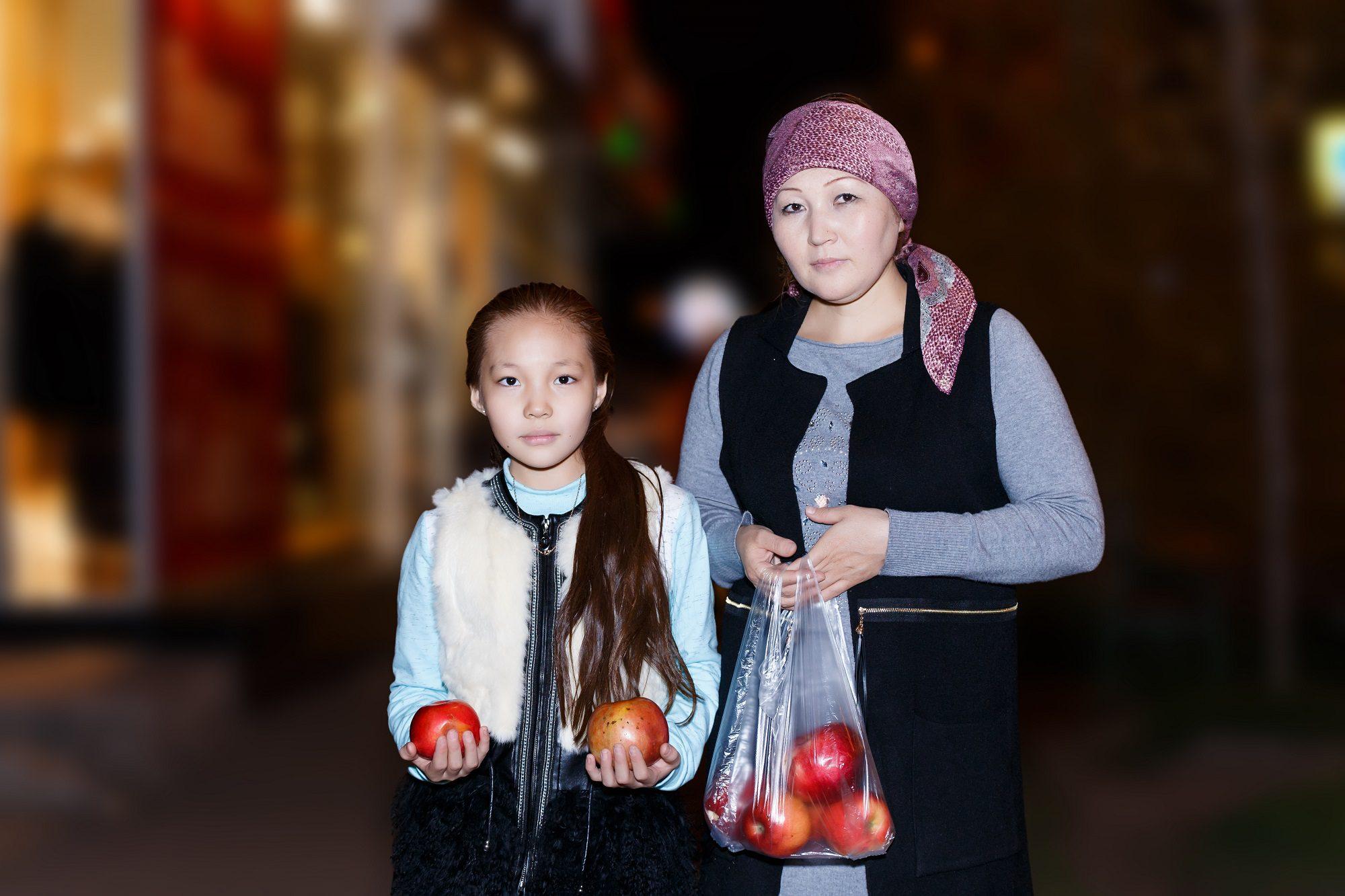 Жанельдің анасы Ақмарал Жақсылықова және екіншісі қызы Сәбина