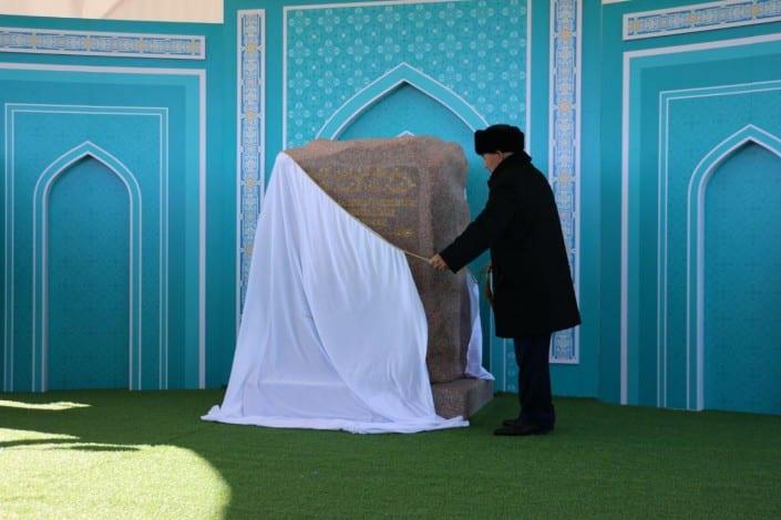 Нұрсұлтан Назарбаев Астананың бас мешітінің құрылыс орнына тас қойды