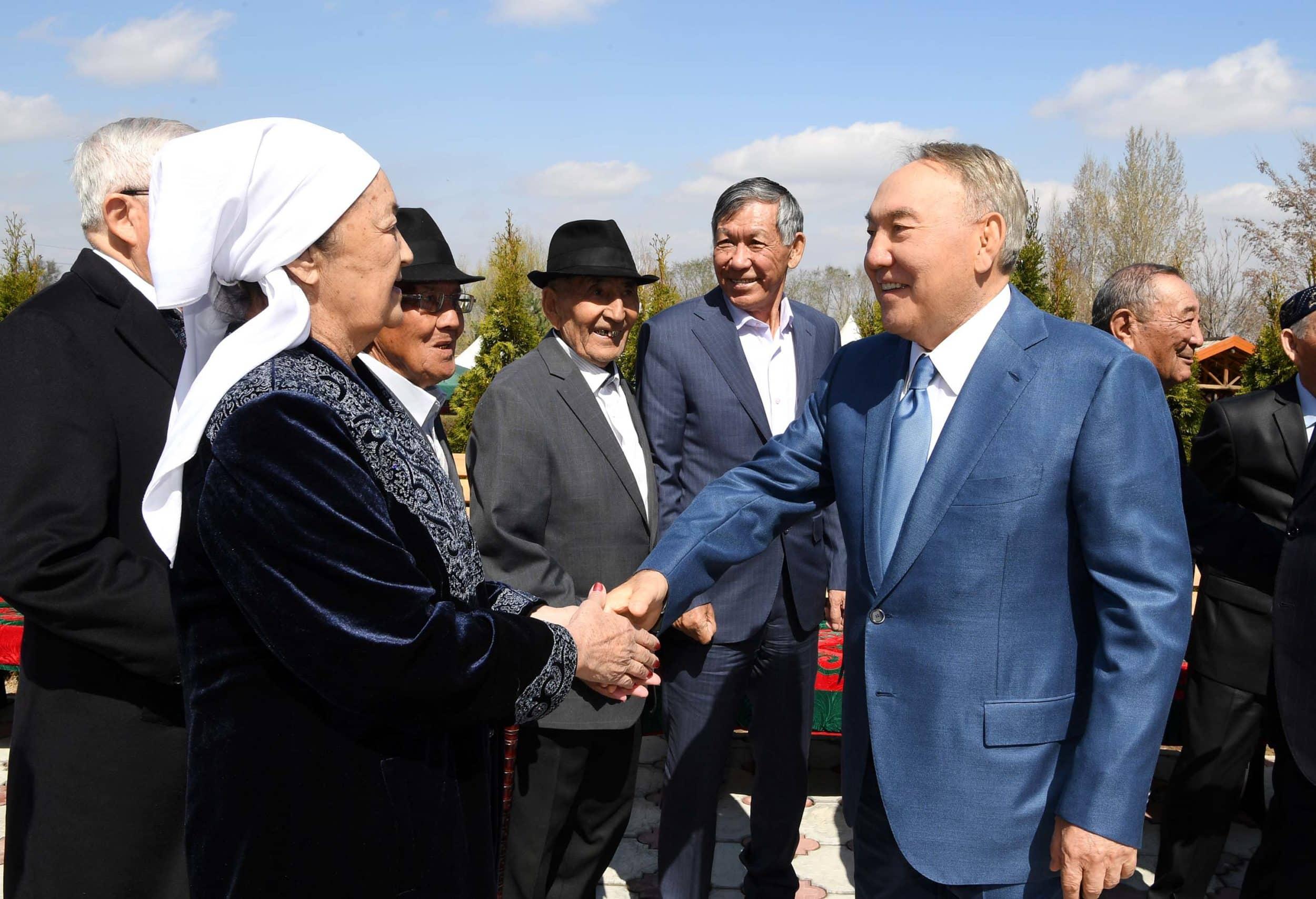 Нұрсұлтан Назарбаев сыныптастарымен кездесті