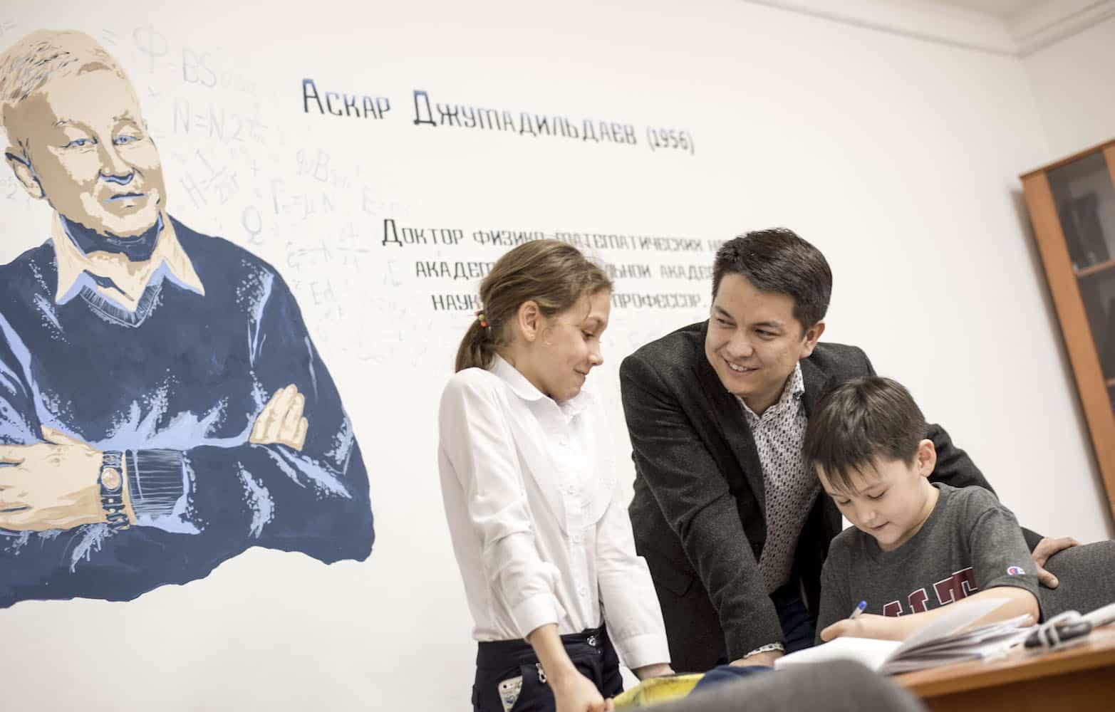 Асан Жолдасов оқушылармен