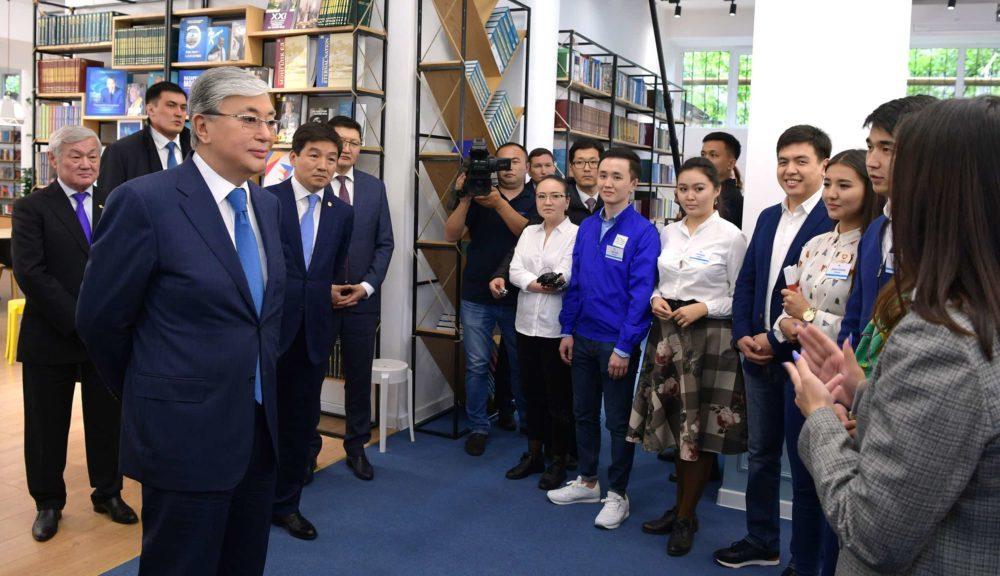 Қасым-Жомарт Тоқаев Алматыдағы кітапханада