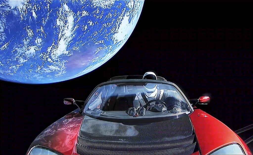 Манекен-астронавт Starman көлік ролінде