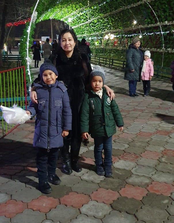 Айдана Үсенова балаларымен