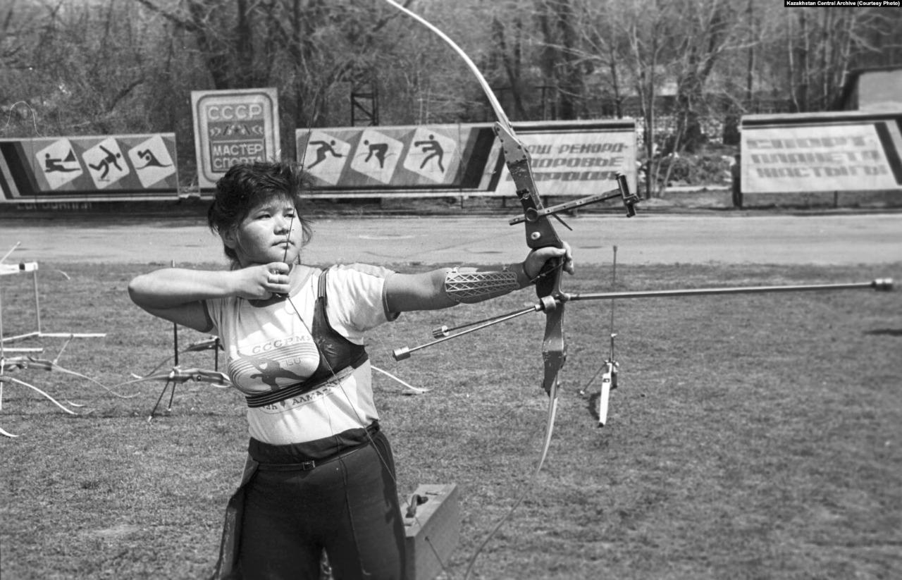 1988 жыл, Алматы. Садақ ату сайысының қатысушысы. Наурыз мейрамын тойлап жатқанда түсірілген фото.